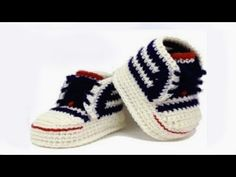 This is a video tutorial on how to crochet baby booties.DIY crochet sneakers tutorial baby booties With English subtitles video Booties Crochet, Diy Crochet Sandals, Crochet Converse, Crochet Diy, Crochet Baby Booties, Crochet Slippers, Crochet Braids, Baby Converse Shoes, Baby Sneakers