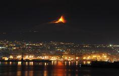 Lavaspuk im Mittelmeer:   Seit Wochen rumort der Ätna auf Sizilien. Alle paar...