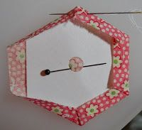 Scrapbox Quilts: Hexagon Tutorial - Supplies & Basting - Clever way to pin and baste hexagon scraps without having to pierce the card template Quilting Tips, Quilting Tutorials, Hand Quilting, Quilting Projects, Quilting Designs, Patchwork Quilt, Hexagon Quilt, English Paper Piecing, Paper Piecing Patterns