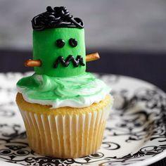 halloween gebäck cupcakes grüner außerirdischer