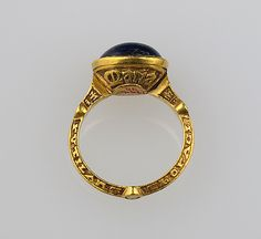 Finger Ring, gold and sapphire, English, 14th century - The inscription on the hoop reads: Rutilans Eboraci Civita[ti]s cantor (Rufus(?) of York, Musician(?) of the Episcopal City). (SIDE VIEW)