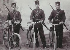 Soldiers with their bicycles (WWI)