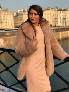 Hoe mooi is deze ton sur ton outfit? Tweed, Fur Coat, Nude, Sweaters, Jackets, Outfits, Dresses, Fashion, Down Jackets