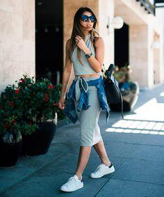 Look com saia midi, jaqueta jeans e tênis branco pra arrasar no fim de semana!