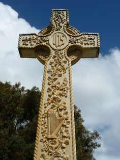 Celtic cross with clover and harp  Clover - symbol of the trinity. Legend says that St Patrick brought back the clover to Ireland to be an enduring symbol of the trinity.