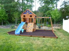 aire de jeux enfant avec petite maison en bois