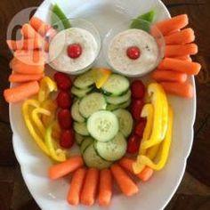 """Groentesnack in de vorm van een uil: """"Ik heb voor het kinderfeestje van mijn dochter deze schaal met rauwkost en dip omgetoverd tot een uil. Mijn kinderen vinden het altijd erg leuk als ik het eten op een grappige manier serveer. Je kunt natuurlijk allerlei soorten groenten gebruiken."""""""