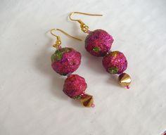 orecchini fucsia glitter verdi con perla in cartapesta e borchie oro / earrings paper mache : Orecchini di elenalucc