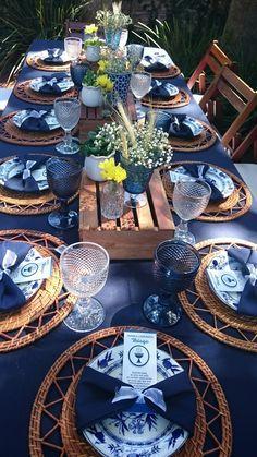 blue table setting outdoors, mesa azul decoración