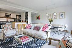 Living-comedor: inspirate con estas ambientaciones En este ambiente rige el mix de estilos. Los sofás clásicos contrastan con la mesa ratona de línea moderna
