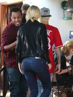 Hailey Baldwin Photos - Justin Bieber and Hailey Baldwin Grab Lunch - Zimbio