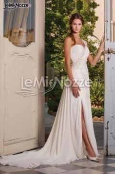 http://www.lemienozze.it/operatori-matrimonio/vestiti_da_sposa/abiti-sposa-roma/media/foto/1  Abito da sposa elegante e sofisticato con spacco sul davanti