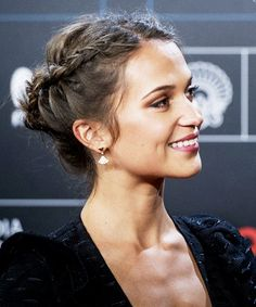 Alicia Vikander - All For Bride Hair Style Side Braid Hairstyles, Funky Hairstyles, Celebrity Hairstyles, Wedding Hairstyles, Casual Hairstyles, Medium Hairstyles, Everyday Hairstyles, Alicia Vikander Hair, Alicia Vikander Style
