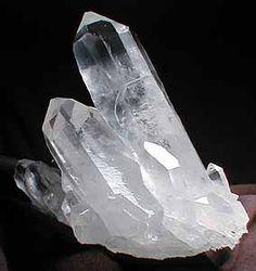The humble, yet cathedral-esque crystal. One of nature's perfect shapes. Tenho uma parecidissima
