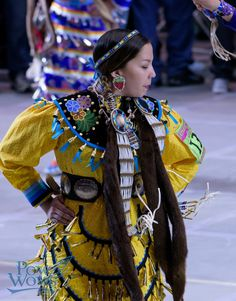Jingle - 2015 Gathering of Nations Pow Wow Native American Hair, Native American Regalia, Native American Fashion, American Indians, American Art, Jingle Dress Dancer, Powwow Regalia, Indian People, Pow Wow