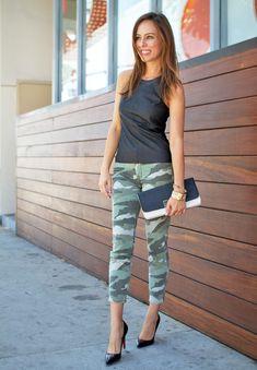 Street style - camouflage jeans + black top + black pumps + two tone clutch Camo Skinny Jeans, Camo Jeans, Camouflage Jeans, Camo Leggings, Denim Jeans, Camo Fashion, Military Fashion, Fashion Outfits, Camo Outfits