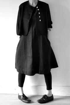 le vendredi 27 mars 2015 :Isabelle porte :- une veste en lin épais noir: VDJ- une robe-tablier en lin noir: VDJ- un legging: album di famiglia- chaussures: album di famiglia