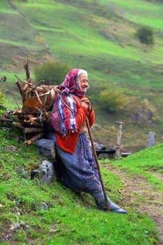 Turkish old woman. Reminds me of Scotlands Highlands, other European hillside terrains. Its in my blood. Working People, Working Woman, Old Folks, Women Life, People Around The World, World Cultures, Belle Photo, Old Women, Beautiful People