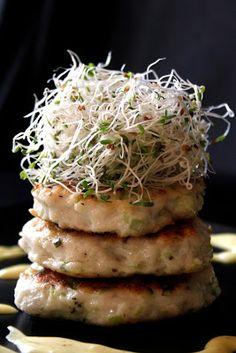 Fiskekaker, hamburguesas de pescado noruegas con mahonesa al azafrán