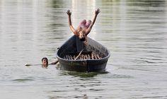 Un niño salta de un barco en un lago en Agartala, India. REUTERS/Jayanta Dey