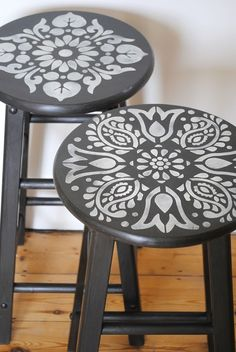15 ideas for painted wicker furniture to decorate your home Futuristic Cool Painted Stool Inspirations Painting Wicker Furniture, Hand Painted Furniture, Upcycled Furniture, Furniture Stencil, Diy Furniture Refinishing, Vintage Furniture, Decoupage Furniture, Furniture Cleaning, Furniture Removal