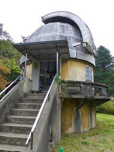 国立天文台。 .  緑の多い、広々とした敷地内に、 それぞれの機能に特化した、 不思議なかたちの建築が点在していて、 とても面白い。 .  天文台の中で最も古いのは、 この「第一赤道儀室」という建築で、 1921年(大正10年)に出来たものなのだそうです。 .  屋根の一部が開閉可能で、 さらに、手動で屋根全体を回転させられるという、 なかなかのハイテク建築。 .  そして、その二つの機能を使い、 太陽を追いかけて、 スケッチ観測していたのだそうです。 .  ハンドルを回すと、 屋根全体が動くよう...