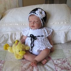 adorable handmade knit outfit for baby Little Babies, Cute Babies, Baby Kids, Fun Baby, Knitting For Kids, Baby Knitting, Knitted Baby Outfits, Black And White Hats, Needlepoint Stockings