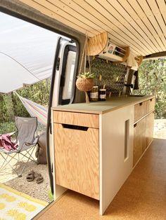 Bus Camper, Camper Diy, Vw Transporter Camper, Camper Trailers, Diy Van Interior, Camper Van Kitchen, Van Conversion Interior, Minivan Camping, Bus Living