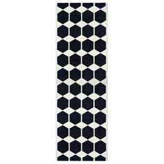 Anna-matto on kaunis, graafisen mustavalkoinen muovimatto Brita Swedeniltä. Täydellinen esimerkiksi keittiöön, eteiseen ja makuuhuoneeseen. Useita kokoja.