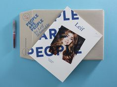 Le logo et l'enveloppe avec une sorte de flyers issus de l'identité visuelle de People are People