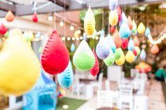 Detalhes em gotas coloridas em feltro para festa com tema arco-iris. Foto: Fernanda Bozza