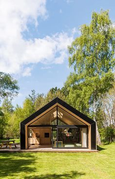 Et selvbygget fritidshus med smarte løsninger The owner has built this wooden summerhouse by himself. It's cozy and secluded. Tiny House, Small Barns, Eco Architecture, Chinese Architecture, Forest House, Cabana, Building A House, Cottage, House Design