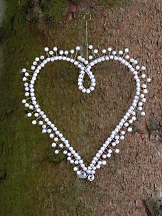 Velké ježaté Srdce je vyrobeno z bílých voskových perel. Velikost 20 cm. Srdce je možné zavěsit do prostoru, na stromeček, záclonu, Valentýnku, či jej použít jako drobnost ke svatebnímu stolu nebo jako svatební dekoraci. Srdíčko je pohledově stejné z obou stran. Na přání Vám vyrobím srdíčka v různých velikostech i barvách. Malé drobné odchylky v provedení jsou ... Wire Jewelry, Jewelry Crafts, Barb Wire Crafts, Diy Dream Catcher Tutorial, Painted Pinecones, Hanger Crafts, Wire Ornaments, Diy Bracelets Easy, Heart Crafts