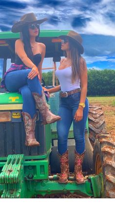 Country best friends style   Inspiring Ladies Style Cowgirl, Sexy Cowgirl Outfits, Rodeo Outfits, Sexy Outfits, Cute Outfits, Cowgirl Tuff, Western Style, Cute Country Girl, Looks Country