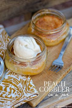 Cobbler in a Jar Easy Peach Cobbler in a Jar - so simple to make and delicious!Easy Peach Cobbler in a Jar - so simple to make and delicious! Mason Jar Desserts, Mason Jar Meals, Meals In A Jar, Mini Desserts, Just Desserts, Delicious Desserts, Dessert Recipes, Yummy Food, Mason Jars