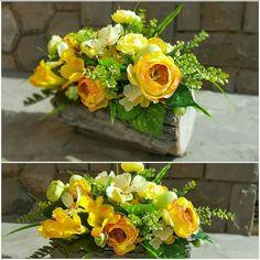 Artificial Floral Arrangements, Silk Arrangements, Beautiful Flower Arrangements, Beautiful Flowers, Fleurs Diy, Centerpieces, Table Decorations, Cardboard Crafts, Floral Bouquets