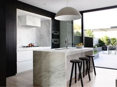 These modern Kitchens by Mim Design were the highlight of their projects for me. As I was looking through the residential projects of Mim design Australian Interior Design, Interior Design Awards, Australian Homes, Design Interiors, Kitchen Interior, New Kitchen, Kitchen Decor, Kitchen Island, Kitchen Ideas
