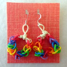 Rainbow Loom earrings I was wondering if there was a way to make earrings! Rainbow Loom Earrings, Rainbow Loom Bracelets, Rainbow Loom Party, Rainbow Loom Bands, Loom Love, Fun Loom, Rainbow Loom Patterns, Rainbow Loom Creations, Loom Band Bracelets