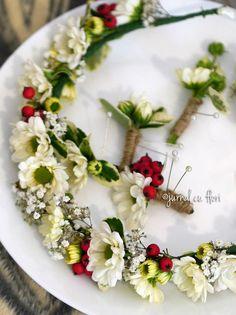 #coronitaflori #butoniere #nuntatraditionala My Flower, Flowers, Flower Arrangements, Table Decorations, Home Decor, Corona, Floral Arrangements, Decoration Home, Room Decor
