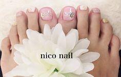 こんにちは、nico nail です。   今回のフットネイルは、可愛く、上品です。     お持込画像を...