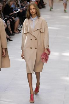 Burberry Prorsum Ready To Wear Spring Summer 2014 London Summer Coats, Spring Coats, Trench Coat Style, Runway Fashion, London Fashion, Burberry Prorsum, Rain Wear, Live Fashion, Women's Fashion Dresses