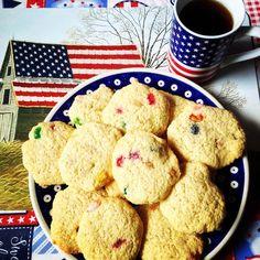 Irgendwie war mir noch einmal nach backen. Haltet euch fest, es sind Jelly Bean Cookies! Voll lecker, schmecken nach Amerika💛 #backen #usa🇺🇸 #kekse #cookies #jellybean  Amerika-Fan? hier entlang---> www.hamburgersafari.de     Rezept:  1 Cup Butter 1/2 Cup Zucker 2 Eier Vanillezucker (1 Tütchen) 2 1/4 Cup Mehl 1 tsp. Backpulver 1 tsp. Salz 1/2 Cup Jelly Beans  alles verrühren, bei 180 Grad (Heißluft) für 9-11 min backen, danach abkühlen lassen.   www.hamburgersafari.de
