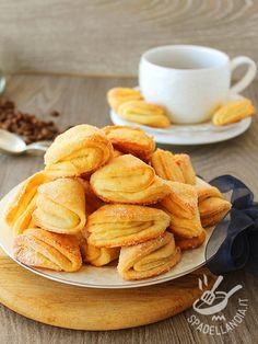 Biscotti zuccherati alla ricotta: ecco dei dolcetti davvero irresistibili per accompagnare uno squisito tè inglese in un pomeriggio casalingo.