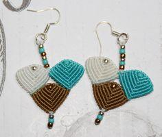 Boucles d'oreilles triangle en micro-macramé. : Boucles d'oreille par choubidou-et-compagnie