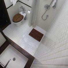 Wood Bathroom CountertopLa ducha se incorpora a la derecha en el mayor espacio en general en este cuarto de baño diminuto. Blanco azulejo 1x1 pulgadas se utiliza tanto en el piso y las paredes a lo largo de traer todo junto, mientras que un oscuro mostrador de madera , alfombra de baño y asiento de inodoro aportan calidez a la habitación.