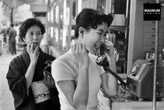 公衆電話.JAPAN. 1958(昭和33年)後ろのご婦人の表情が語ってる「長いわね~」