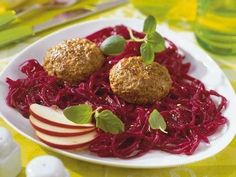Lamm-Hackfleisch hat ein ganz besonderes Aroma, das zu frischem Rotkohl passt wie die Faust aufs Auge.