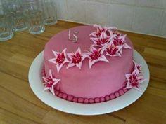 15-vuotis kakku tyttärelle - Kakku on normaali sokerikakku pohjainen kakku jossa täytteenä kermaa ja mansikoita. Sokerikuorrutteen alla vanilja-voikreemi.