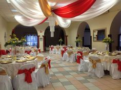 Decoracion para evento. Colores rojo, blanco y dorado.