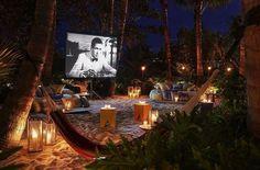No hay nada más divertido que un cine al aire libre, antes las primeras salidas de noche eran para ir con la pandilla al cine de verano y comer pi...
